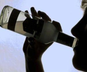 Употребление алкоголя делает урину светлой