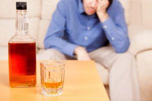 Патология развивается из-за чрезмерного употребления алкоголя