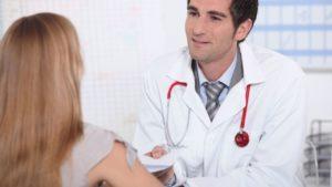 Заметив продолжающиеся боли в почках, первым делом человеку нужно направиться к терапевту