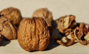 при проблемах с мочеиспусканием на помощь придет грецкий орех
