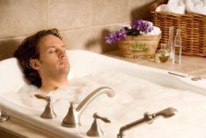 Нельзя лежать в ванне, чтобы вода покрывала грудь