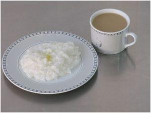 На завтрак можно приготовить рисовую кашу на молоке