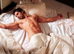 важно наладить полноценный отдых, спать на удобной кровати в проветриваемом помещении не менее 7 часов в сутки