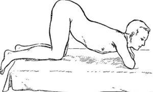 Одна из поз для массажа — на локтях и коленях одновременно