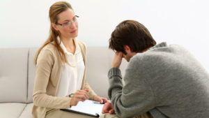 Психотерапевт устанавливает с пациентом доверительные отношения и настраивает на раскованность