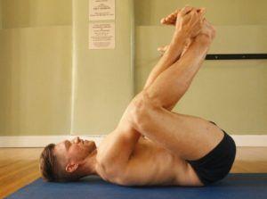 При варикоцеле лучшим упражнением является поза «счастливого ребенка» из йоги