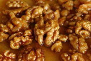 Мед в комбинации с грецкими орехами полезен для потенции в два раза больше