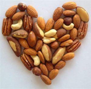 сердечко из орехов