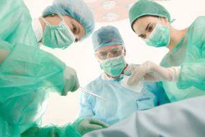 в тяжелых ялучаях прибегают к хирургическому вмешательству