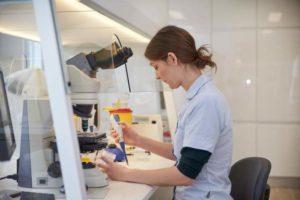 Сданная сперма тщательно изучается специалистами