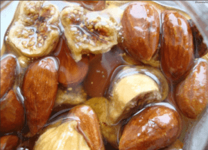 Мужчинам полезно употреблять мед, финики и орехи