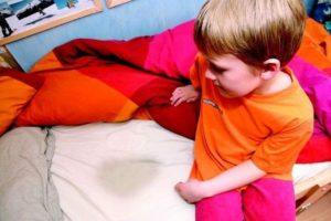 В детском возрасте из-за фимоза может появиться ночной энурез